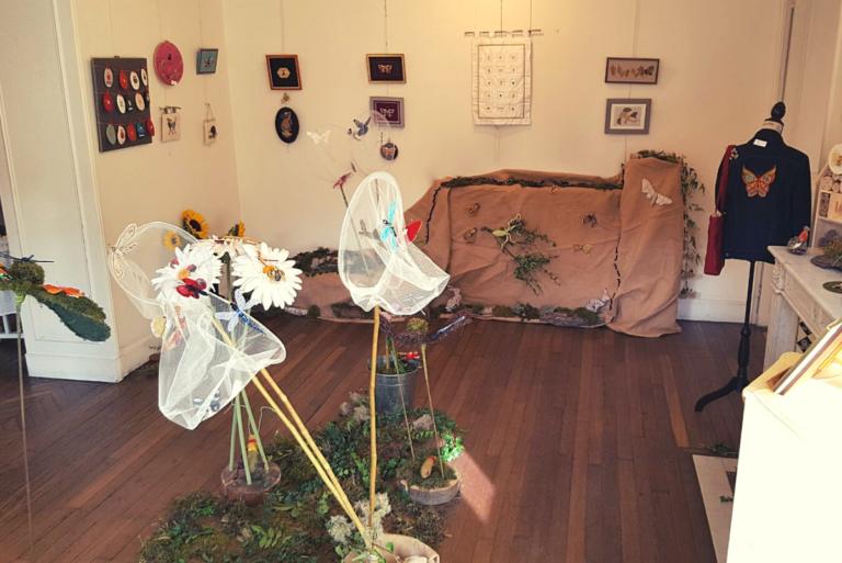 Exposition de broderie : insectes et ornements